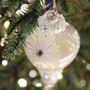Γυάλινο Χριστουγεννιάτικο κρεμαστό στολίδι παγοκρύσταλλος σε απαλή λευκή απόχρωση 19 εκ