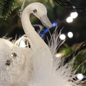 Χριστουγεννιάτικο διακοσμητικό στολίδι κύκνου σε λευκή απόχρωση με κρύσταλλα και πούπουλα 17 εκ