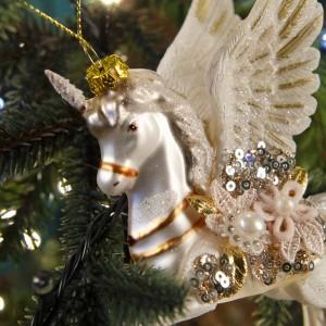 Γυάλινο Χριστουγεννιάτικο κρεμαστό στολίδι μονόκερου σε λευκή απόχρωση 10 εκ