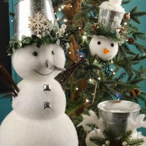 Χριστουγεννιάτικη σύνθεση με επιτραπέζιο χιονάνθρωπο πικ δέντρου και χιονισμένο καπελάκι σε ασημί απόχρωση