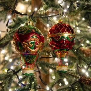 Χριστουγεννιάτικο γυάλινο στολίδι αερόστατου σετ δύο σχεδίων σε κόκκινη και πράσινη απόχρωση 15 εκ