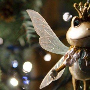 Κρεμαστό Χριστουγεννιάτικο στολίδι φτερωτού πρίγκιππα βατράχου σε χρυσή και λευκή απόχρωση 12 εκ