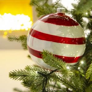 Γυάλινη Χριστουγεννιάτικη μπάλα ριγέ λευκή κόκκινη 15 εκ