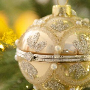 Romantic Χριστουγεννιάτικη μπάλα με πέρλες ανάγλυφη και ανοιγόμενη σε χρυσή απόχρωση 8 εκ