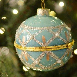Ανοιγόμενη μπλε γυάλινη μπάλα διακοσμημένη με πέρλες και γκλίτερ 8 εκ