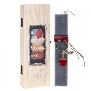 Πασχαλινή λαμπάδα με ξύλινο κουτί και μεταλλικό μπρελόκ ρακέτες 7x4x22 εκ