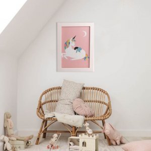 Πασχαλινή ροζ λαμπάδα αρωματική Μονόκερος με χειροποίητο πινακάκι από ξύλο 23x33 εκ