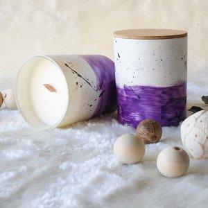 Αρωματικό κερί σόγιας σε γυάλινο βαζάκι ζωγραφισμένο στο χέρι με άρωμα πικραμύγδαλου γαρύφαλου και βανίλιας 9x8 εκ