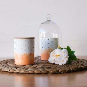 Αρωματικό κερί σόγιας σε γυάλινο βαζάκι ζωγραφισμένο στο χέρι με άρωμα Carrot Cake 9x8 εκ
