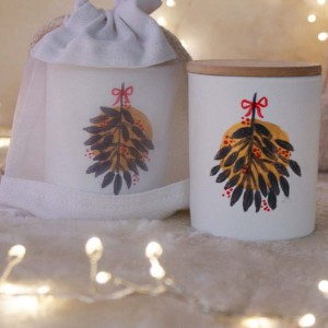 Αρωματικό κερί από σόγια σε γυάλινο βαζάκι ζωγραφισμένο στο χέρι με χριστουγεννιάτικα αρώματα κανέλας και γκι 9x8 εκ