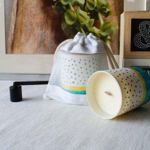 Αρωματικό κερί σόγιας με άρωμα καρύδας και ανανά σε γυάλινο βαζάκι ζωγραφισμένο στο χέρι 9x8 εκ