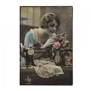 Χειροποίητο διακοσμητικό πινακάκι με θέμα γυναίκα εποχής που ράβει