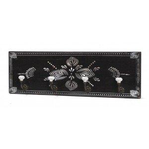 Retro ξύλινη κρεμάστρα τεσσάρων θέσεων σε μαύρο χρώμα με λευκά σχέδια 53x5x17 εκ