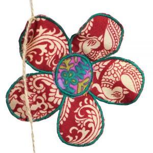 Διακοσμητική γιρλάντα με λουλούδια από ύφασμα σάρι