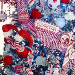 Christmas Candyland ολοκληρωμένη διακόσμηση Χριστουγεννιάτικου δέντρου με 107 στολίδια