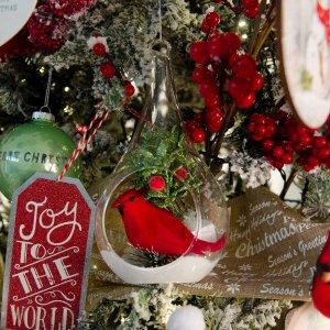 Snow kiss berries ολοκληρωμένη διακόσμηση Χριστουγεννιάτικου δέντρου με 100 στολίδια