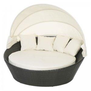 Daybed ρατάν εξωκου χώρου με λευκά μαξιλάρια και σκίαστρο