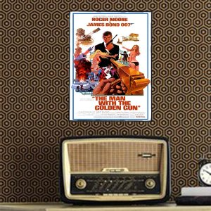 Ξύλινο πινακάκι με παλιά διαφήμιση ταινίας του γνωστού κατασκόπου