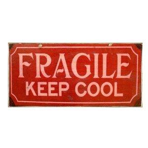 Vintage πίνακας χειροποίητος με μήνυμα 'Fragile Keep Cool'